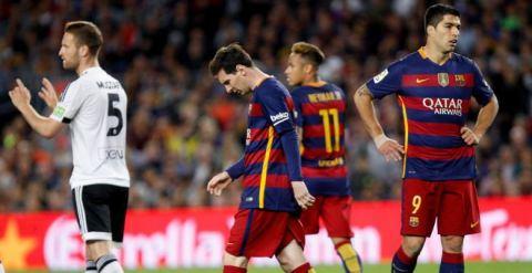 1-2. El Valencia prolonga la caída del Barcelona e incendia la Liga