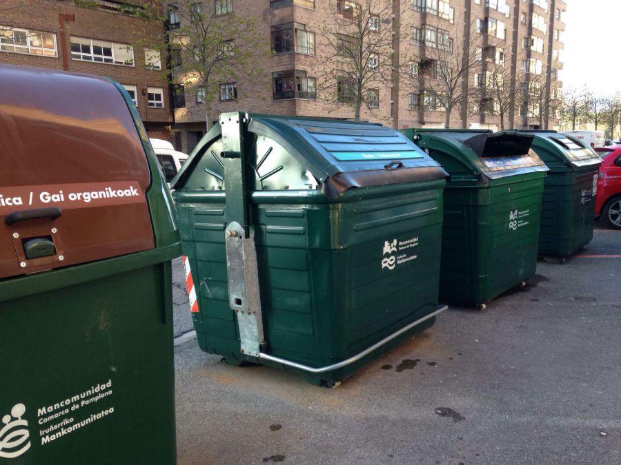 Un hombre ebrio se niega a salir de un contenedor de basuras