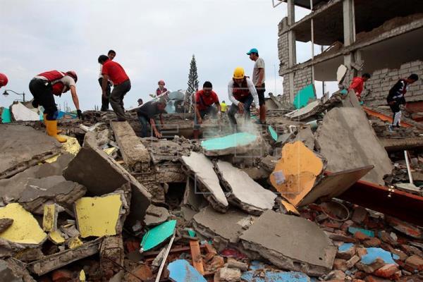 El gobierno de Ecuador eleva a 413 el balance de muertos por un terremoto de magnitud 7,8