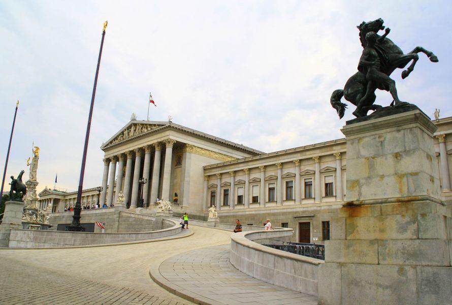 Austria vota a su presidente en unos comicios que miden el auge ultranacionalista