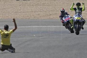 Rossi gana con autoridad a pesar del esfuerzo final de Lorenzo
