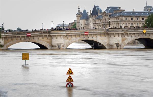 El nivel del Sena a su paso por París continúa en descenso lento y progresivo