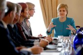 """Sturgeon dice que el Parlamento escocés podría bloquear el """"brexit"""""""