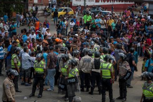 Muere un joven por un disparo de la policía en una protesta por la falta de alimentos en Venezuela