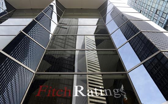 Fitch mantiene la nota de España en aprobado alto, pero mejora la perspectiva