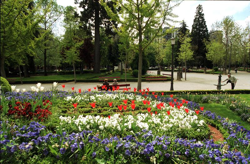 El cuidado de las zonas verdes es el servicio municipal for Jardines de la taconera