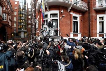 Assange es arrestado en la embajada de Ecuador en Londres por una orden de extradición de EE.UU.