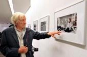 Muere Marc Riboud, el fotógrafo que retrató la paz con una flor frente a un fusil