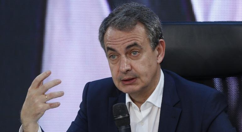 Zapatero alaba a Santamaría y dice que un retroceso en las ideas no es bueno para el PP