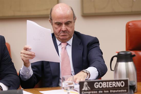 De Guindos apoya la elección de Soria para el BM y la oposición le pide dimitir