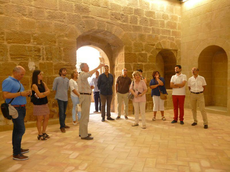 La Comisión de Cultura del Parlamento visita el claustro del Monasterio de Fitero