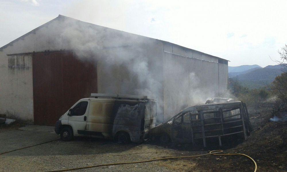 Un incendio calcina tres vehículos en Egozcue