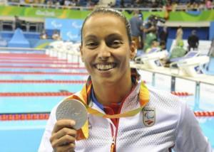 La atleta paralímpica Teresa Perales recibe la medalla de plata de la prueba de 200 metros libre en los Juegos de Río 2016. Javier ReguerosEFE