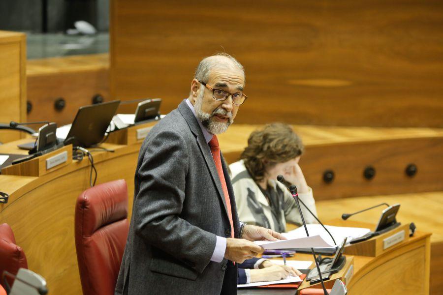 Domínguez cree que derivar las bajas de los funcionarios al SNS plantearía un «dilema»