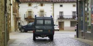 Un vehículo de la Guardia Civil circula por Alsasua. Archivo