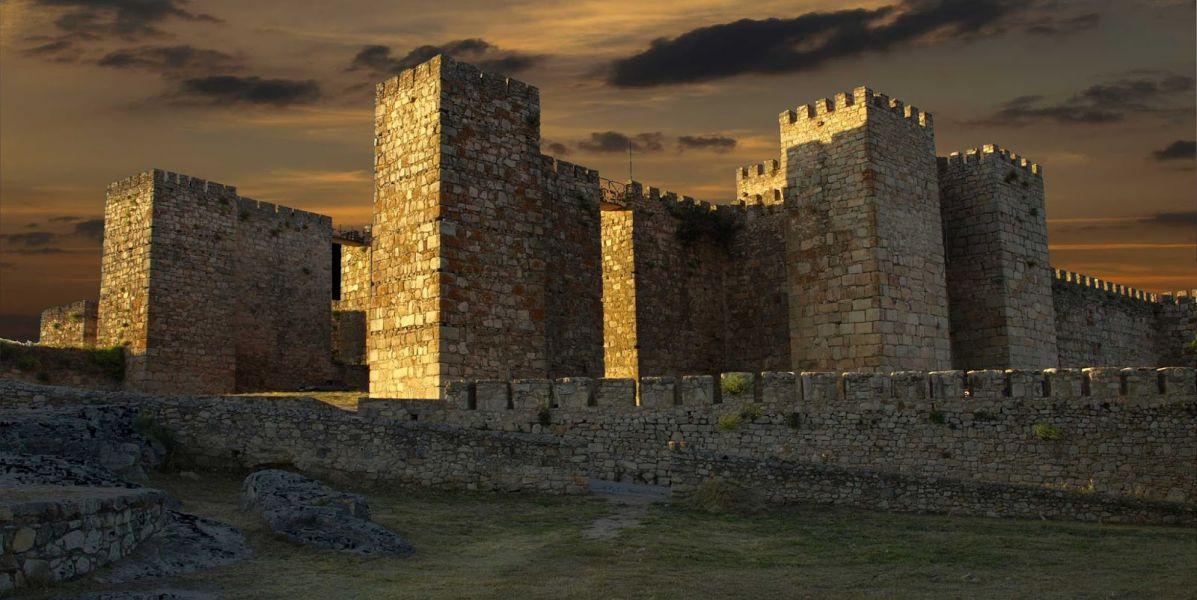 La bandera de Lannister (Juego de Tronos) ya ondea en el castillo de Trujillo