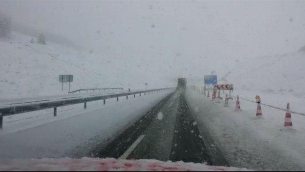 La nieve cierra una carretera en Navarra y obliga al uso de cadenas en tres