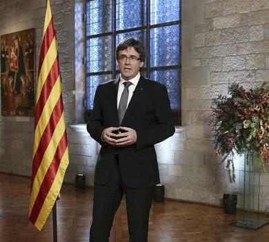 """Puigdemont llama Parlamento catalán a decidir sobre el intento de """"liquidar"""" el autogobierno"""