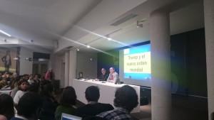 """Pedro Baños (i) en la conferencia """"Trump y el nuevo orden mundial"""" en la universidad de Navarra"""