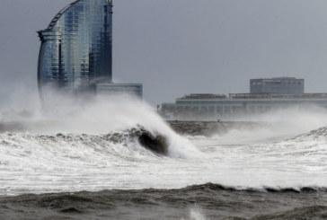 El viento y el oleaje desplazan a la nieve y ponen en alerta a 9 comunidades