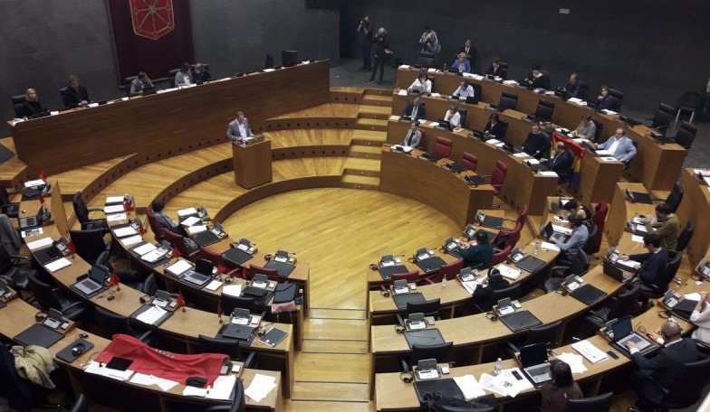 UPN-PP se ausentan en un Pleno con banderas de Navarra y republicana, en el debate de derogación de la Ley de Símbolos