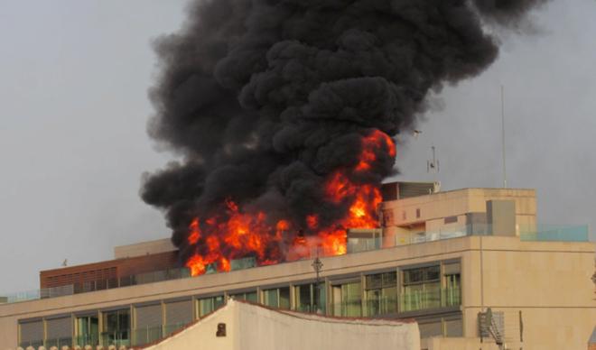 Espectacular incendio en la cubierta de un edificio en la Gran Vía de Madrid