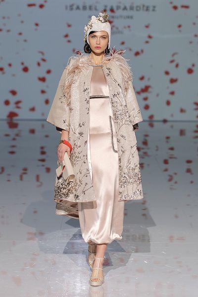 """Isabel Zapardiez llena la pasarela de inspiración oriental con """"Oh!rigami"""""""