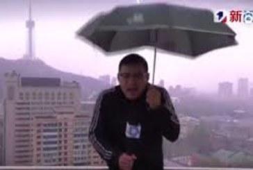(Video) Un rayo alcanza a un reportero chino en directo mientras daba el parte meteorológico