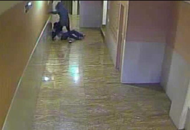 Un joven propina una paliza a otro en el portal de una vivienda en San Jorge (Pamplona)