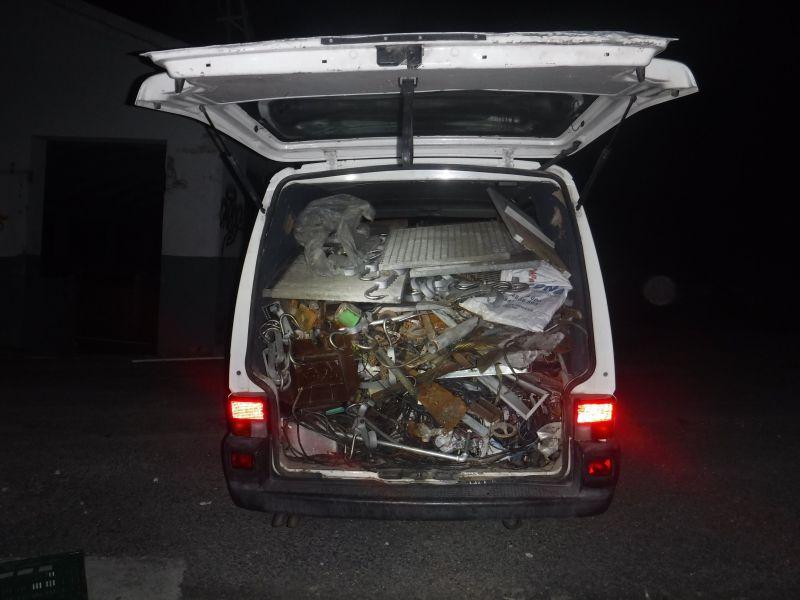 Detenidas 4 personas con material metálico en las furgonetas