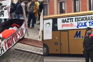 """(Vídeo) Los Policías de Navarra se concentran en contra de la Ley con un ataúd y el """"bus hazteescuchar"""""""