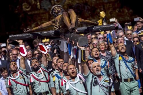 Miles de personas reciben a la Legión para el emocionante traslado del Cristo de Mena en Málaga