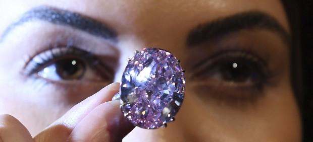 El diamante «Estrella Rosa» se convierte en la joya más cara en una subasta
