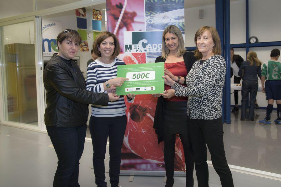 Los mercados del Ensanche y Ermitagaña donan a la Asociación Navarra de Autismo 500 euros recaudados