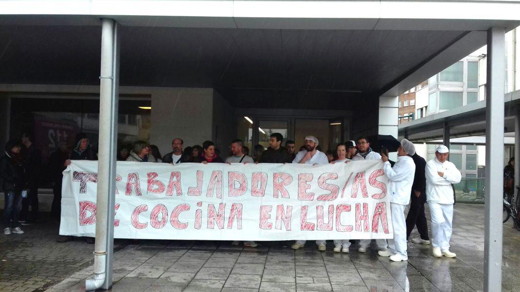 Concentración de los trabajadores de Mediterránea Catering en defensa de su trabajo