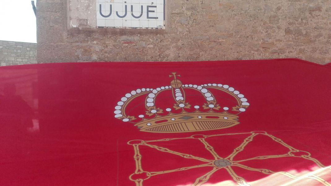Despliegan la bandera de Navarra en Ujué (Navarra)