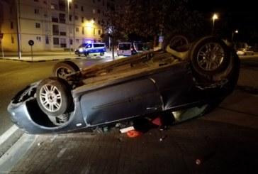 Lesionadas dos chicas de 23 y 24 años al volcar en la calle Blas de Laserna de Pamplona