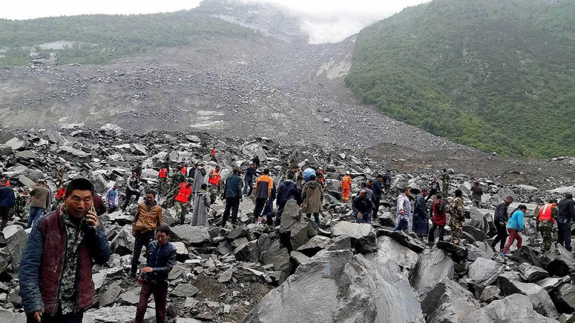 Un deslizamiento de tierra deja más de 120 personas enterradas