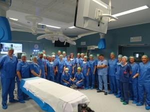 La presidente de Navarra y el consejero de Salud con el equipo de quirófanos del CHN