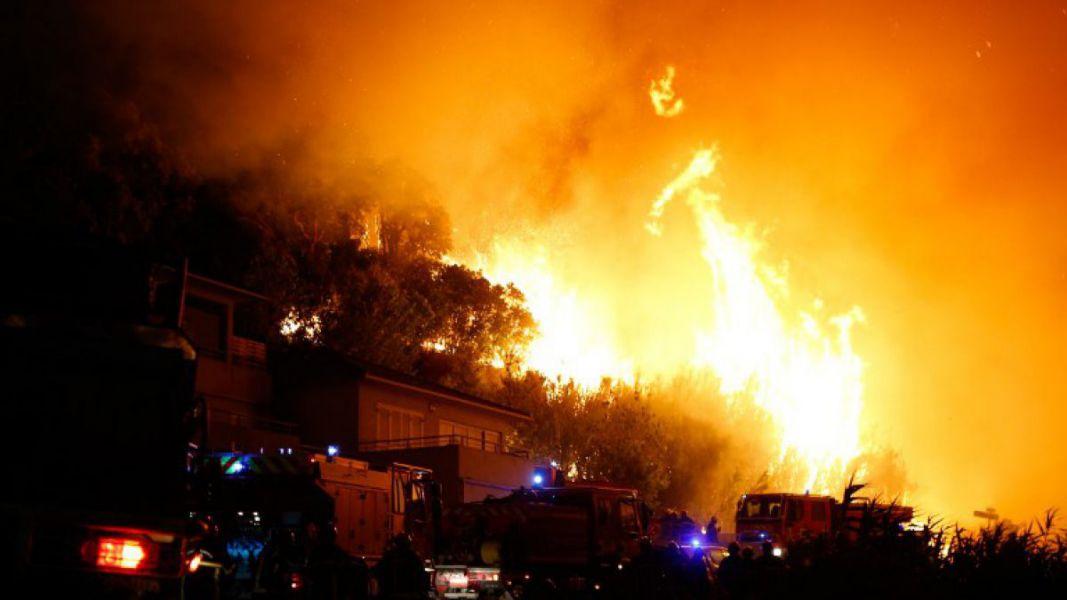 Evacuadas 12.000 personas por un incendio forestal en el sur de Francia