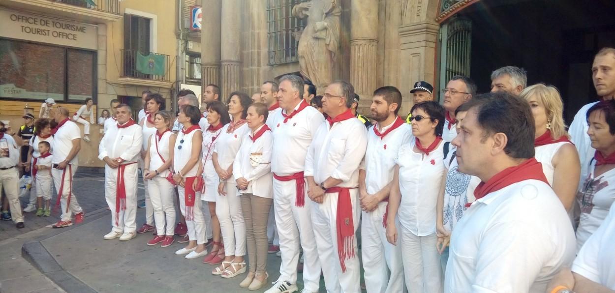 Concentración silenciosa en la Plaza Consistorial en recuerdo del concejal de Ermua, Miguel Ángel Blanco