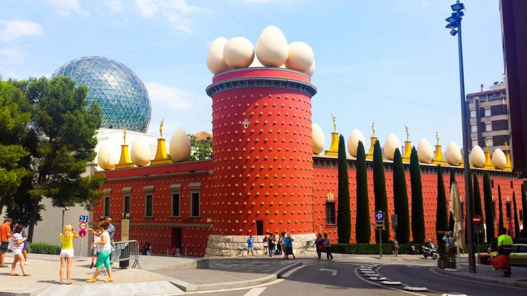 La Fundación Dalí ve «improcedente» la exhumación, en la que se han extraído pelo, uñas y dos huesos
