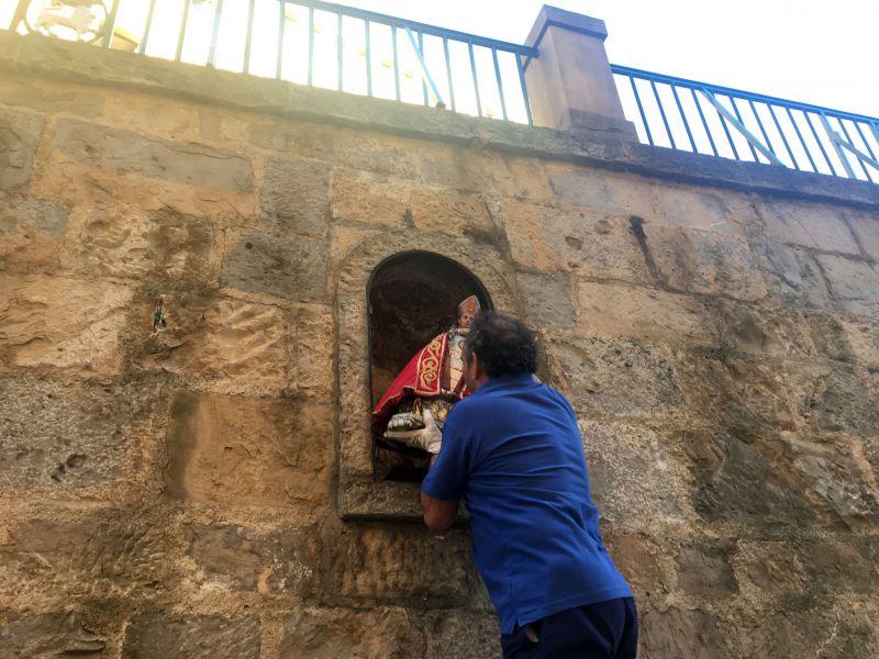 La imagen de San Fermín retorna a la hornacina de la cuesta de Santo Domingo tras las fiestas