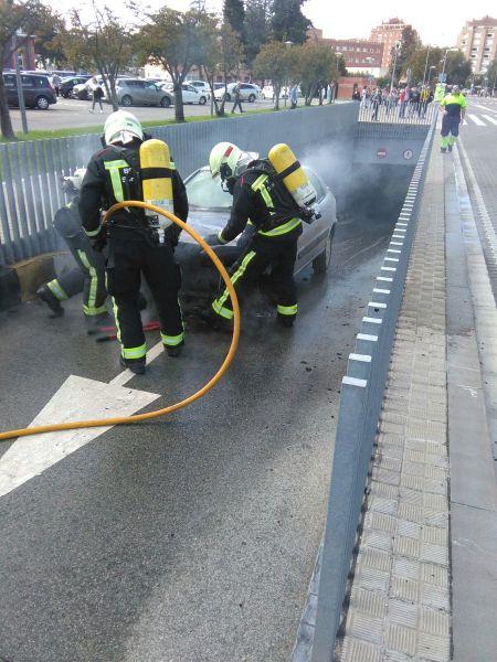 Se incendia un coche en la salida del parking del Complejo Hospitalario de Navarra