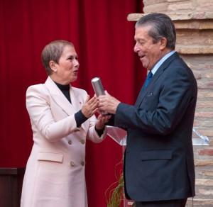 La Presidenta Barkos entrega un recuerdo a Federico Mayor Zaragoza