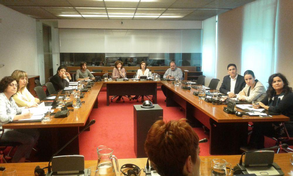 La Comisión de Derechos Sociales conoce el programa de terapia grupal de Al Anon con personas alcohólicas
