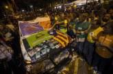 Los Mossos escoltan la salida de la Guardia Civil de la Consejería de Economía en Barcelona