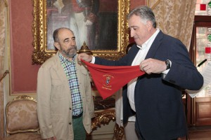 Javier Pagola (i) recibe el Pañuelo de Pamplona de manos del alcalde.