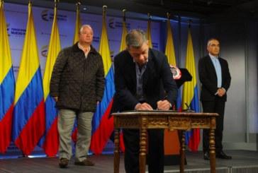 Santos firma un decreto para iniciar el cese al fuego con el ELN a partir del domingo