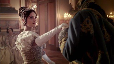 """La segunda entrega de """"Victoria"""" explora su maternidad y reinado"""